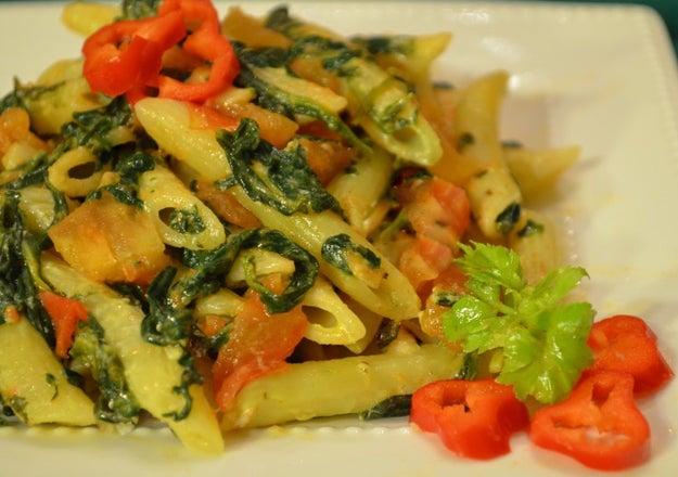 Vários legumes juntos também formam uma ótima combinação com macarrão. Aqui temos espinafre, alho poró e tomate.