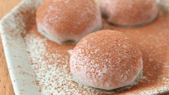 12個分材料:<求肥>白玉粉 150g 上白糖 100g 水 200ml 片栗粉 適量<チョコクリーム>生クリーム 200ml 栗の甘露煮シロップ 大さじ1ココアパウダー 大さじ2栗の甘露煮(角切り)4個 クッキー 12枚ココアパウダー(仕上げ用)適量1.求肥を作る。耐熱ボウルに白玉粉、上白糖、水を入れてヘラで混ぜる。2.ラップをかけて、500Wの電子レンジで3分加熱し、ヘラでよく混ぜる。縁から固まるので、剥がすように、透明感が出るまで混ぜる。3.まな板に片栗粉をまんべんなくふり、(2)が熱いうちにめん棒で厚さ約1cmに伸ばし、冷ます。4.チョコクリームを作る。ボウルに生クリーム、栗の甘露煮シロップ、ココアパウダーを入れ、泡立て器で角が立つまで泡立てる。角切りにした栗の甘露煮を入れ、ヘラで混ぜ込む。5.(3)の求肥を12等分に切る。6.クッキーの上に(4)のチョコクリームをスプーンでのせる。求肥をかぶせて包み、ココアパウダーを振りかけたら、完成!
