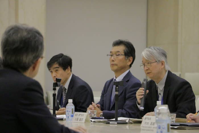チームの委員は大学教授や一級建築士らの有識者6人。座長は弁護士の小島敏郎・青山学院大教授だ。この日は、豊洲市場の設計を担った日建設計の社員らが、建物の構造の安全性について説明した。