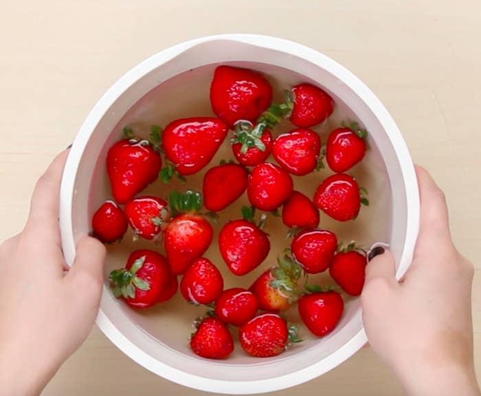 O que você precisa: Frutas vermelhas frescas1/2 xícara de vinagre branco ou de cidra de maçã5 xícaras de águaUma tigela grande Instruções:1. Ponha as frutas vermelhas em uma tigela, adicione o vinagre e a água.2. Misture bem, escorra as frutas e deixe-as secar completamente.3. Guarde na geladeira