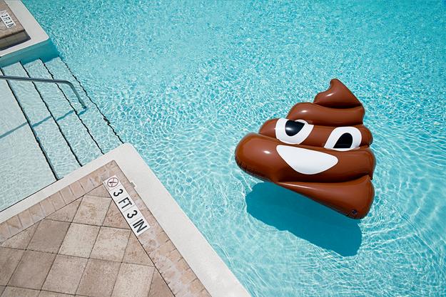 Quem não curtiria uma foto com uma boia do melhor emoji?