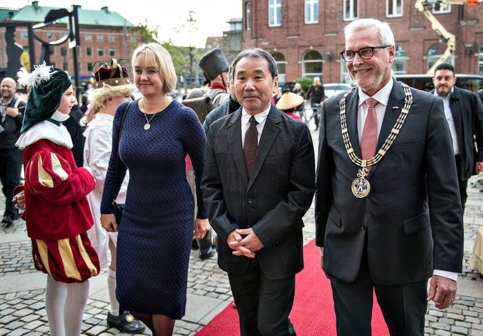 オーデンセ市長(右)らとレセプションに到着した村上春樹さん(中央)=10月30日、デンマークのオーデンセ市役所