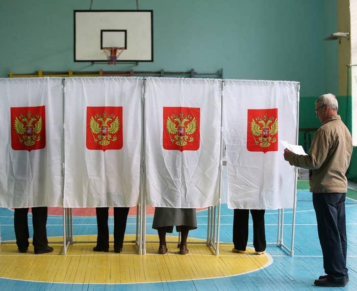 2016年のロシア下院選挙。投票所で順番を待つ男性。