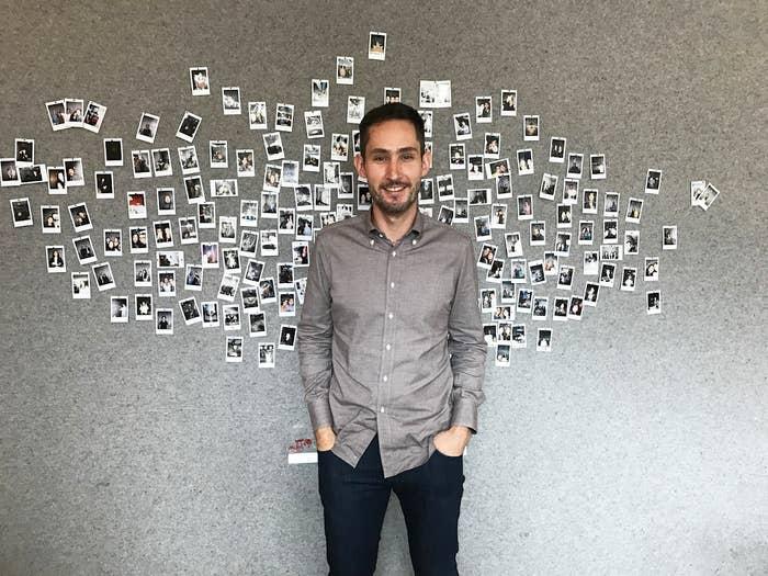 O CEO do Instagram, Kevin Systrom, em frente a um mural de fotos no café Blue Bottle, dentro do prédio da nova sede da empresa.