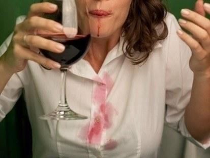 Remova manchas de vinho tinto com vinho branco ou vinagre.
