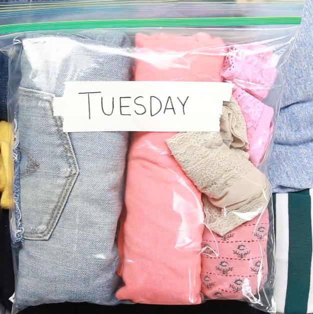 E, quando for viajar, organize as roupas e acessórios de cada dia em sacos plásticos seláveis.