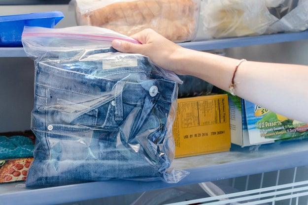 Coloque suas calças jeans no congelador para se livrar de qualquer cheiro forte que estiver impregnando a peça.