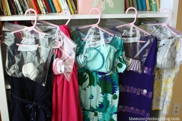 Selecione a roupa que você vai usar no dia seguinte e pendure num cabide na noite anterior.