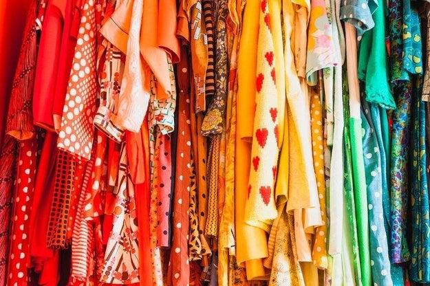 Organize seu guarda-roupas por cor para combinar as peças rapidamente.