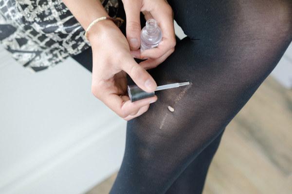 Se você perceber um pequeno desfiado no seu par de meias-calças, passe uma gota de esmalte transparente para evitar que elas fiquem ainda mais desfiadas.