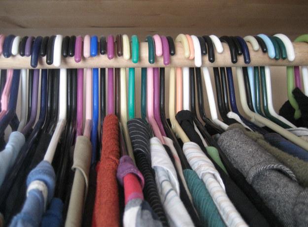 Pendure as roupas no seu armário com os cabides invertidos. Conforme for usando-as, pendure-as de volta na posição contrária. As peças que ainda estiverem na posição original após seis meses devem ser doadas.