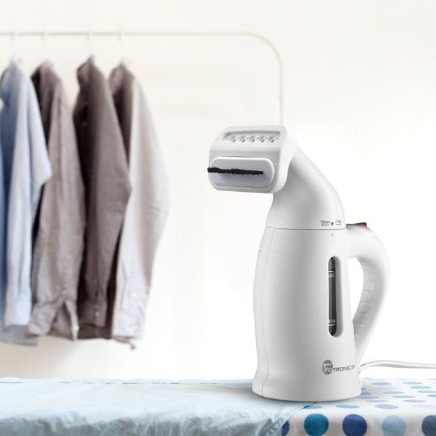 Ou invista em uma passadeira a vapor portátil para desamassar a roupa rapidamente pela manhã.