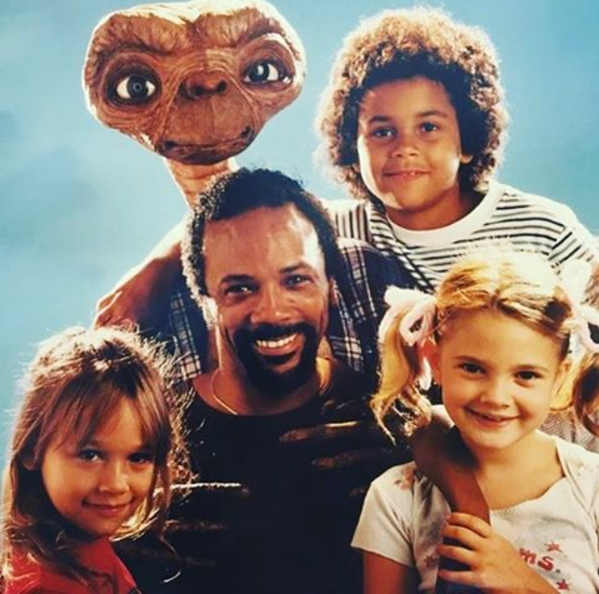 Rashida Jones shared this oh-so-'80s photo of herself with E.T., her dad, Quincy Jones, sister Kidada Jones, and Drew Barrymore.