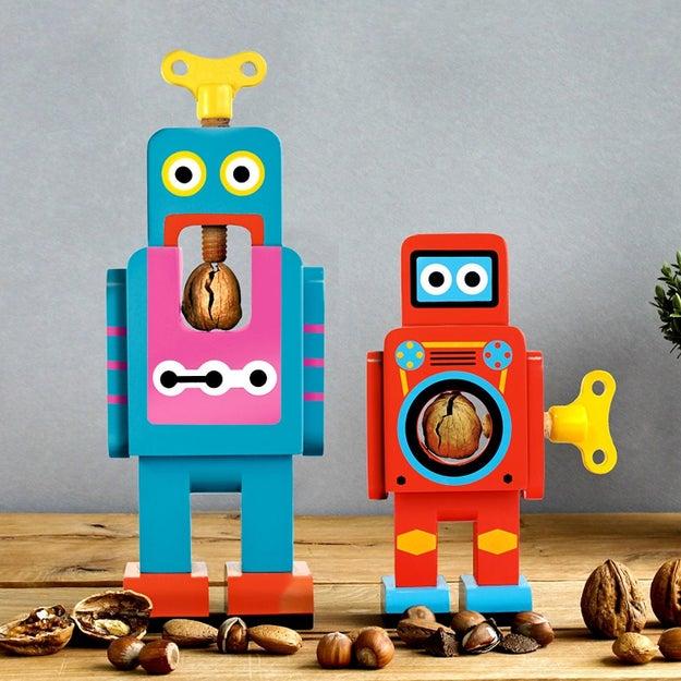 Ahora vas a considerar comprar nueces con cáscara gracias a estos adorables robots ($443).