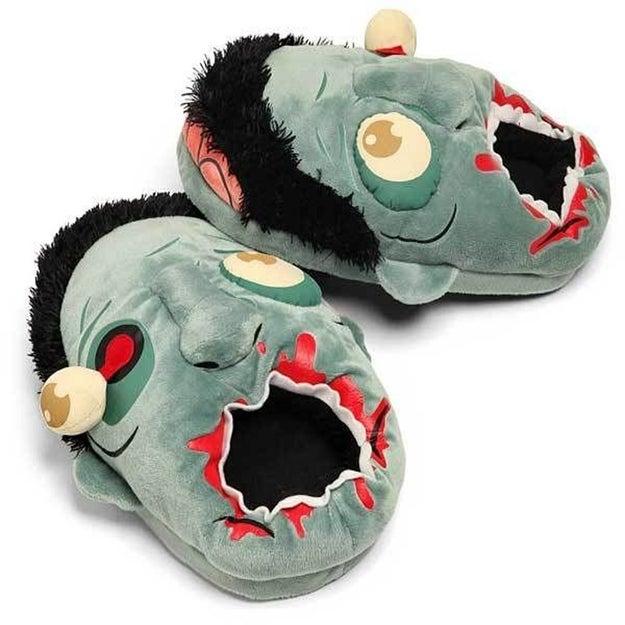 Estas pantuflas de zombies que, simplemente, están INCREÍBLES ($231).