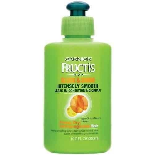 Para domar cabelos crespos e cacheados, experimente Garnier Fructis Sleek & Shine Intensely Smooth Leave-In Conditioner.