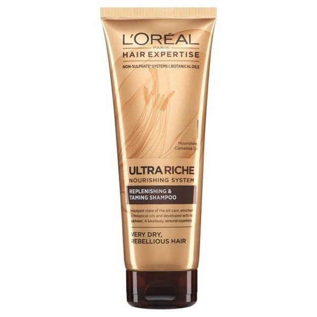 Se seu cabelo fica oleoso na raiz e seco nas pontas, tente mudar para produtos de cabelo sem sulfato.