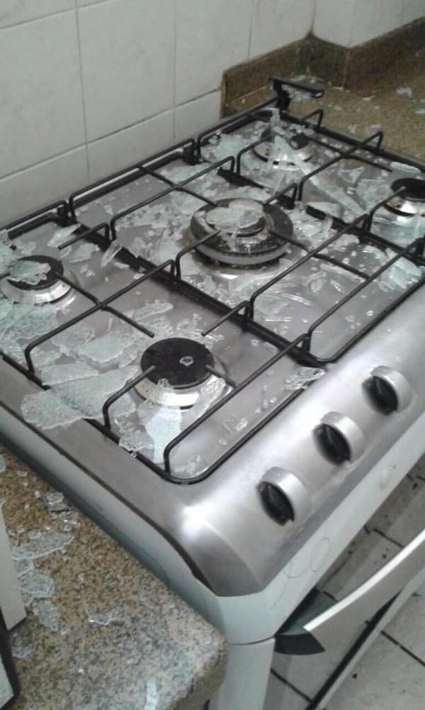 """""""Quando terminar de limpar a cozinha é só passar um paninho em cima do fogão, mas cuidado com o vidro""""."""