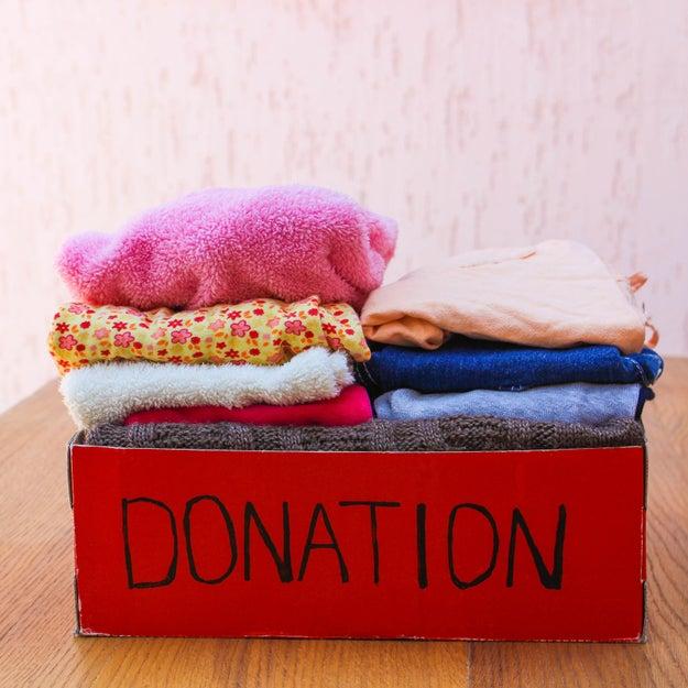 Ao comprar uma peça nova de roupa, escolha uma antiga para doar ou jogar fora.