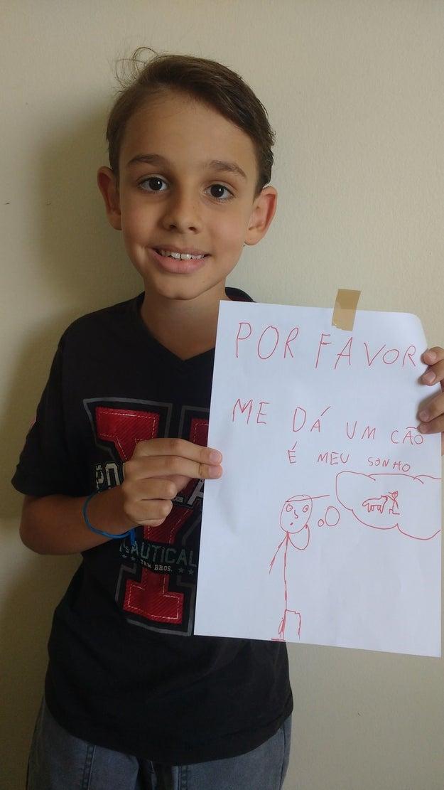 Na foto abaixo vemos o Gabriel segurando o cartaz da campanha enquanto pensa em seu çãozinho.