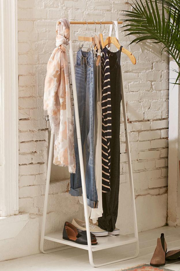 Planeje sua roupa na noite anterior e deixe-a pendurada para facilitar suas manhãs.