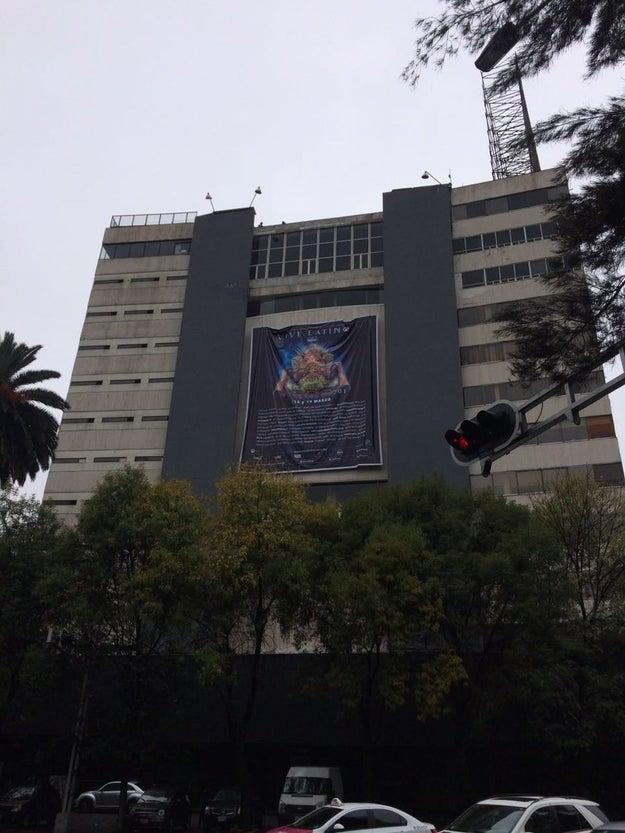 Y, mientras todos esperábamos un gran anuncio en las redes sociales del Vive, en la fachada del Plaza Condesa apareció esto: