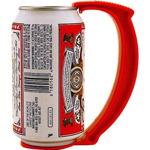 Si cargar la cerveza con la mano completa te parece absurdo, esta agarradera es exactamente lo que necesitas ($252).