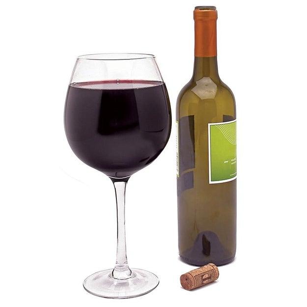 O si prefieres, puedes hacer justo lo contrario y verter toooda tu botella de vino en esta copa gigante ($244).