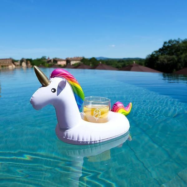 Tus vacaciones no volverán a ser las mismas con este flotador de unicornio para mantener tus tragos secos y cerca ($1079).
