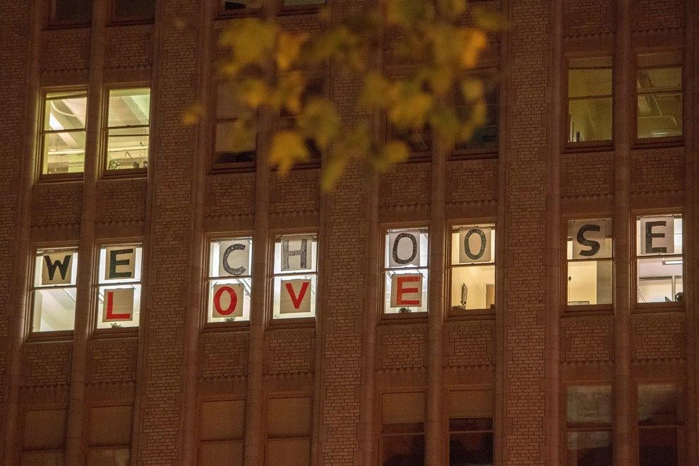 Otros optaron por la protesta pacífica, y elegir el amor por encima del odio.