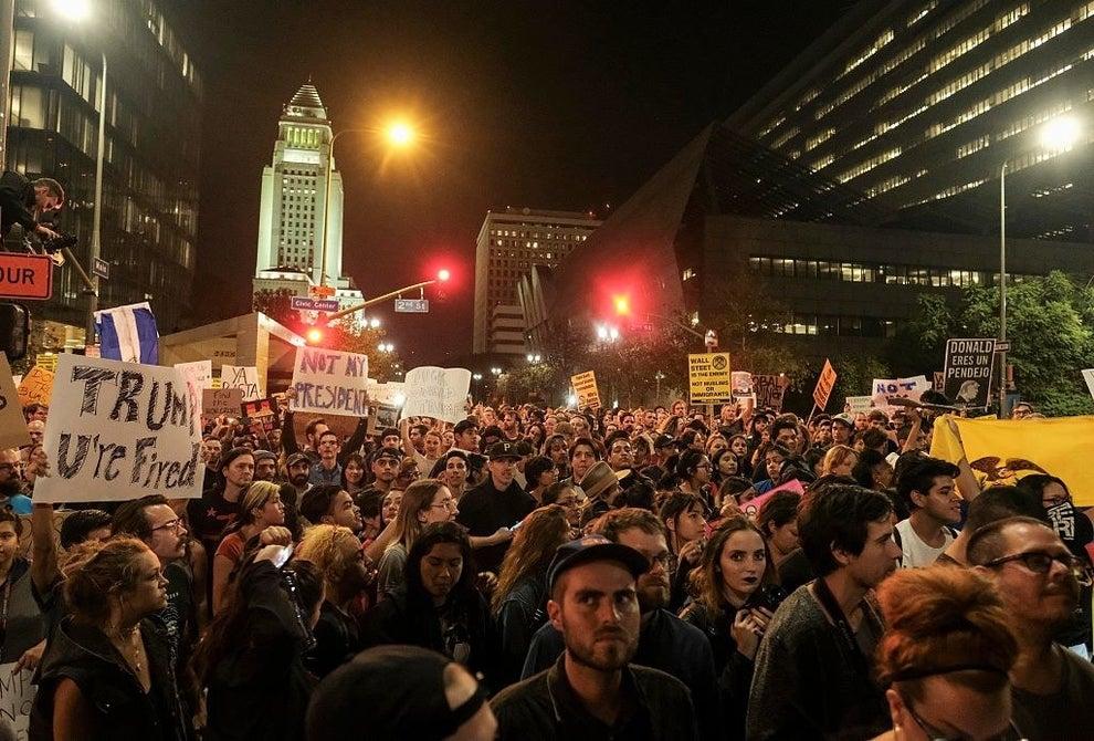 Decenas de miles de personas tomaron ayer las calles de las principales ciudades de Estados Unidos para protestar por los resultados de la pasada elección.