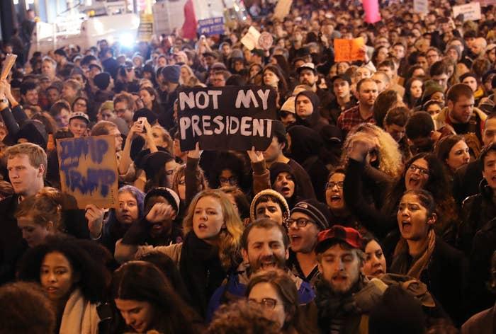 一部では暴徒化した参加者が警官隊と衝突し、逮捕者も出ている。その数は西海岸で60人に及ぶという。参加者はこう、口々に叫んでいる。「私たちの大統領じゃない」「くたばれ、トランプ」「お前の居場所はない」