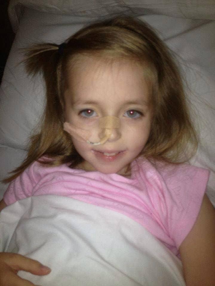 """""""Mi hija Ellie fue diagnosticada con enfermedad de Crohn severa en septiembre de 2012 cuando tenía 7 años. Se enfermó bastante rápido, aunque los médicos e incluso el hospital lo descartaron como un virus, seguido por un virus persistente. Yo sabía que había más que eso, nunca antes había visto algo así con un virus. Iba al baño 12 veces al día, y al final la volví a llevar a Accidentes y Emergencia (A&E, por sus siglas en inglés). Al cabo de unas horas la enviaron a casa, pero poco después de que llegamos a casa colapsó. """"La llevaron a un hospital diferente donde la admitieron. Luego fue trasladada al Alder Hey Children's Hospital donde fue llevada al quirófano para realizarle estudios de cámara. El especialista nos dijo que padecía enfermedad de Crohn severa, lo tenía por partes en diferentes áreas del sistema digestivo. """"Ahora, al momento en el que fue diagnostica, pensé: Genial, sabemos a qué nos estamos enfrentando, tendrá un mecanismo de alimentación especializado durante seis semanas a través de una sonda nasogástrica, la cual será la única fuente de nutrición, y ella estará bien. """"No sabía mucho acerca de esto. Al principio fue bastante difícil adaptarse, me preocupaba por ella, por cómo se sentía. Después de todo, era ella la que padecía todo el dolor, era ella la que sufría. A mí me dolía desde la perspectiva de una madre, veía a mi pequeña y hermosa niña tan frágil y vulnerable. Aún así ella sonreía. Nunca se quejaba."""" – Donna Pugh"""