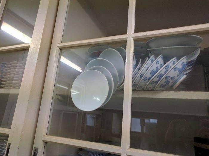 Das virale Foto von Schüsseln, die in einem Küchenschrank ...