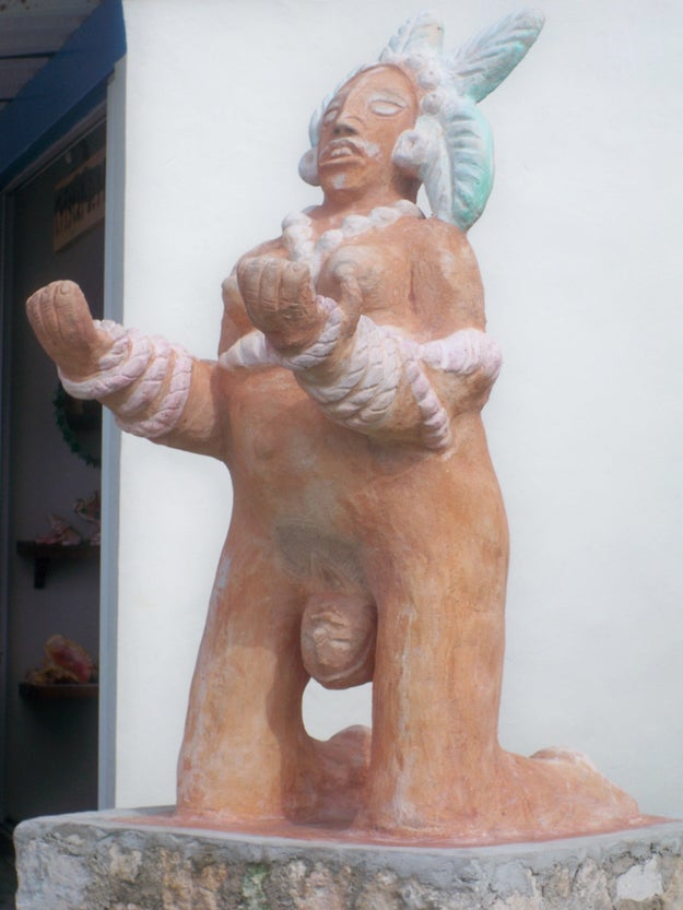 Esta estatua de una mujer pariendo, literalmente, pariendo.
