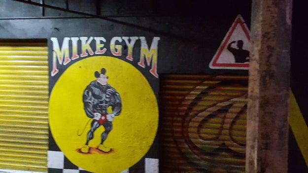Este gimnasio en el que Mickey se puso hiper mamado.