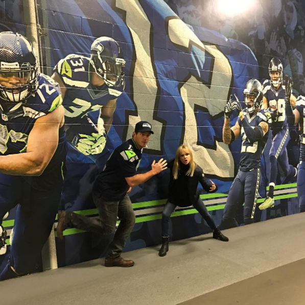 Because yesterday things got even cuter when Chris and Anna watched the Seahawks take on the Eagles at home. Just look at these two goofballs!