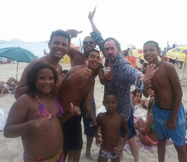 Já Tim Burton fez amigos na praia durante o Carnaval. Quem nunca?