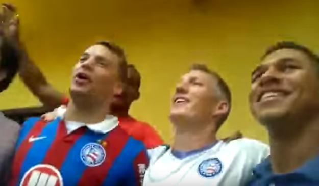 """Na Bahia, os jogadores da Alemanha não poderiam fazer outra coisa senão aprender a cantar o hino do """"Bahêa""""."""