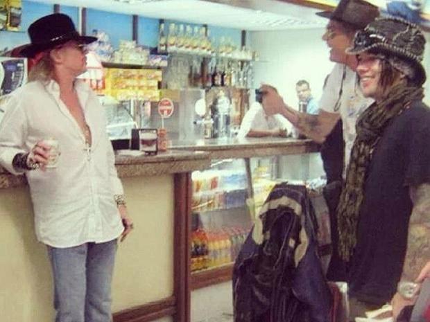 Axl Rose não se fez de rogado e foi tomar uma latinha em balcão de boteco em Belo Horizonte.