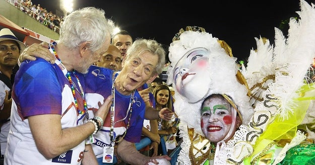 Sir Ian McKellen também se divertiu demais na Sapucaí.