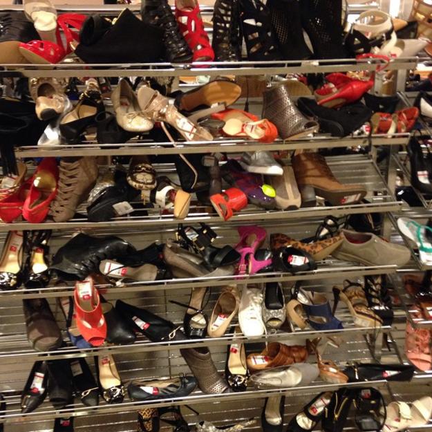 Jamás volverás a ver igual una barata de zapatos.
