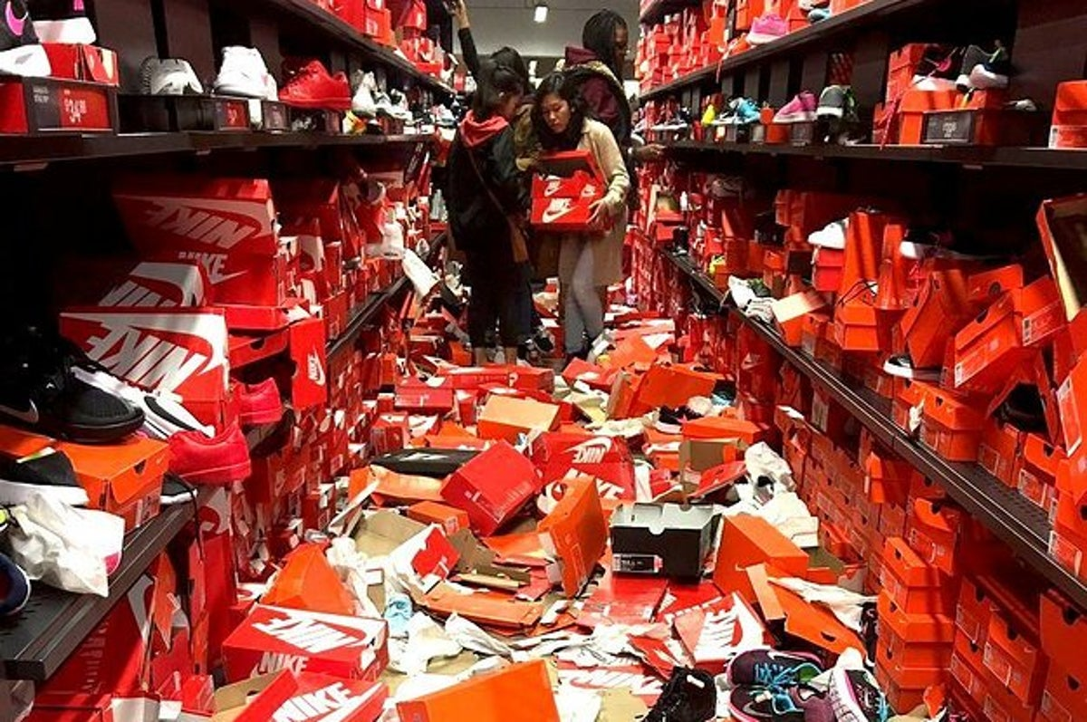 Sucio compartir Serpiente  Black Friday Shoppers Completely Destroyed This Nike Store
