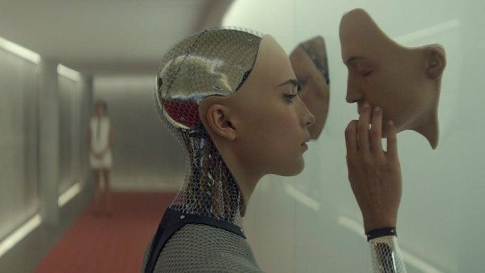 """""""Esse filme realmente mexeu comigo. Tanto que eu fiquei lá sentada por uns dez minutos olhando para tela depois que os créditos rolaram. Eu já assisti a ele mais de uma vez e ainda fico com aquela sensação de: """"mas que merda foi essa?"""". É um bom filme, mas deixará você meio nervoso a respeito das notícias sobre a evolução da inteligência artificial.""""Enviado por Alex Roberts, Facebook"""