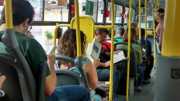 Você já desceu do ônibus várias vezes no lugar errado porque se distraiu com um livro.
