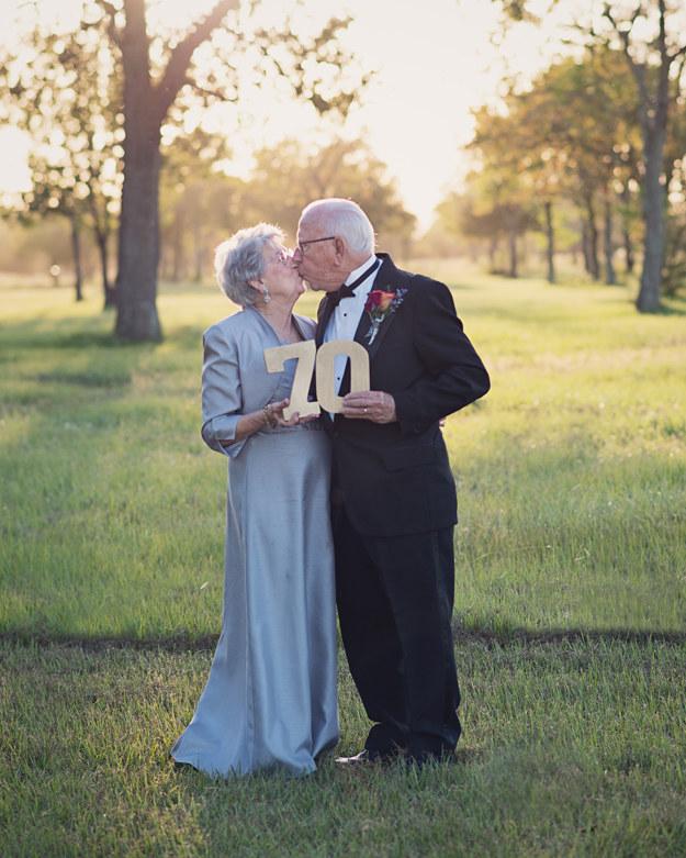 Unos largos 70 años después, su nieta Amanda Kleckley decidió darles la única cosa que su largo matrimonio no pudo producir — fotos de boda — y el resultado fue verdaderamente adorable.
