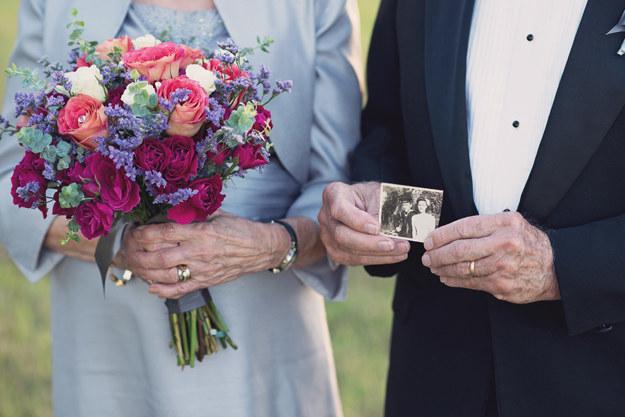 Y llevaron flores y algunas fotos de los primeros años de su relación.
