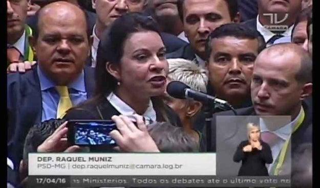 E a Deputada Raquel Muniz dedicou o voto ao seu marido, que foi preso no dia seguinte pela Polícia Federal.