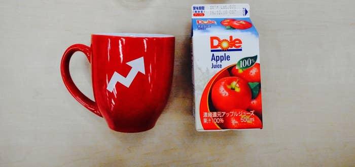 まずはマグカップとりんごジュースを用意。