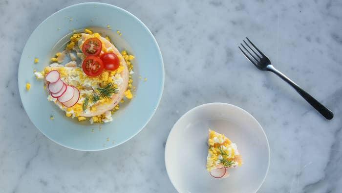 タラモサラダケーキ2人分(4号・12cmのケーキ型使用)材料:じゃがいも 200g明太子 1/2腹マヨネーズ 大さじ4ゆで卵(かたゆで) 1個ラディッシュ(薄切り) 2個 ディル 適量プチトマト 3個